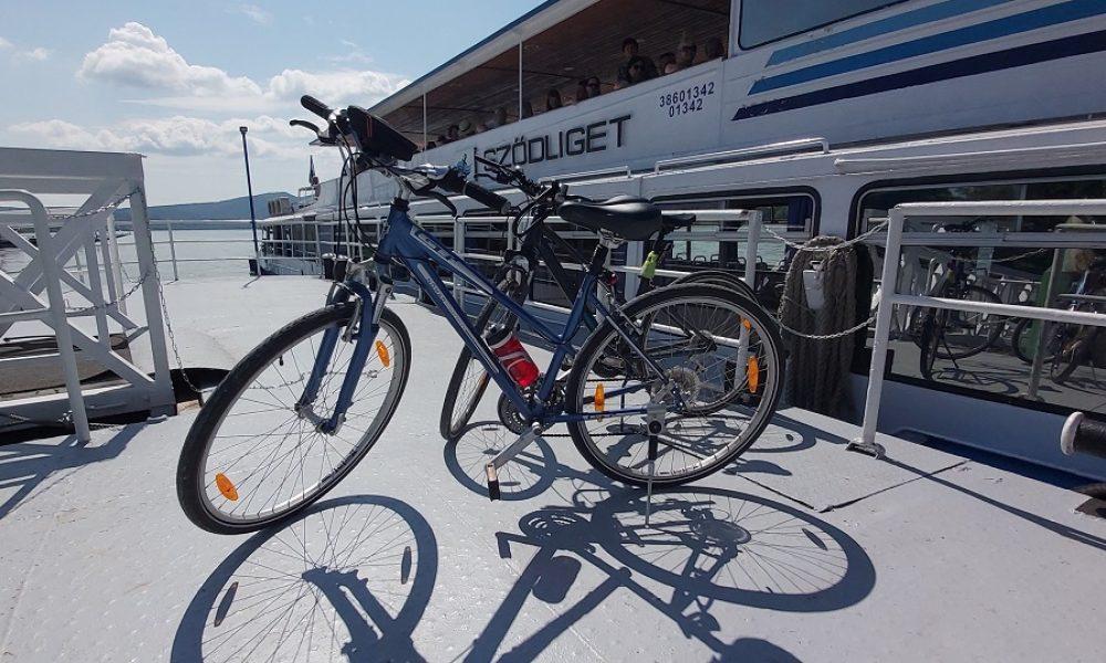 Biciklivel a hajón